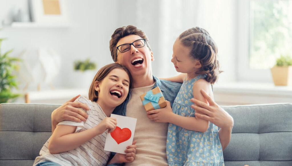 Momento en Familia, un padre ríe y juega con sus hijas